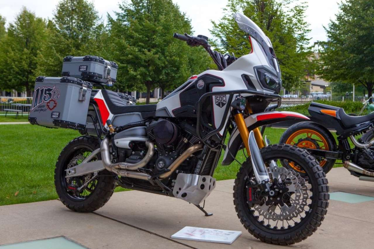 Chiêm ngưỡng chiếc Harley Africa Twin… hay chiếc Honda Sport Glide?