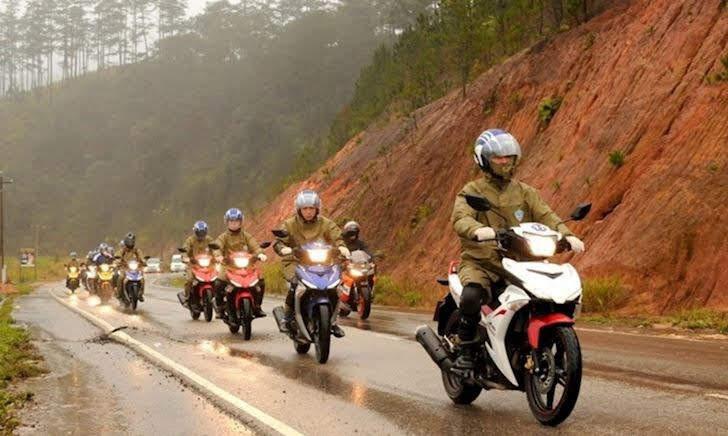 Lý do vì sao anh em nên sử dụng áo mưa bộ khi chạy mô tô, xe máy